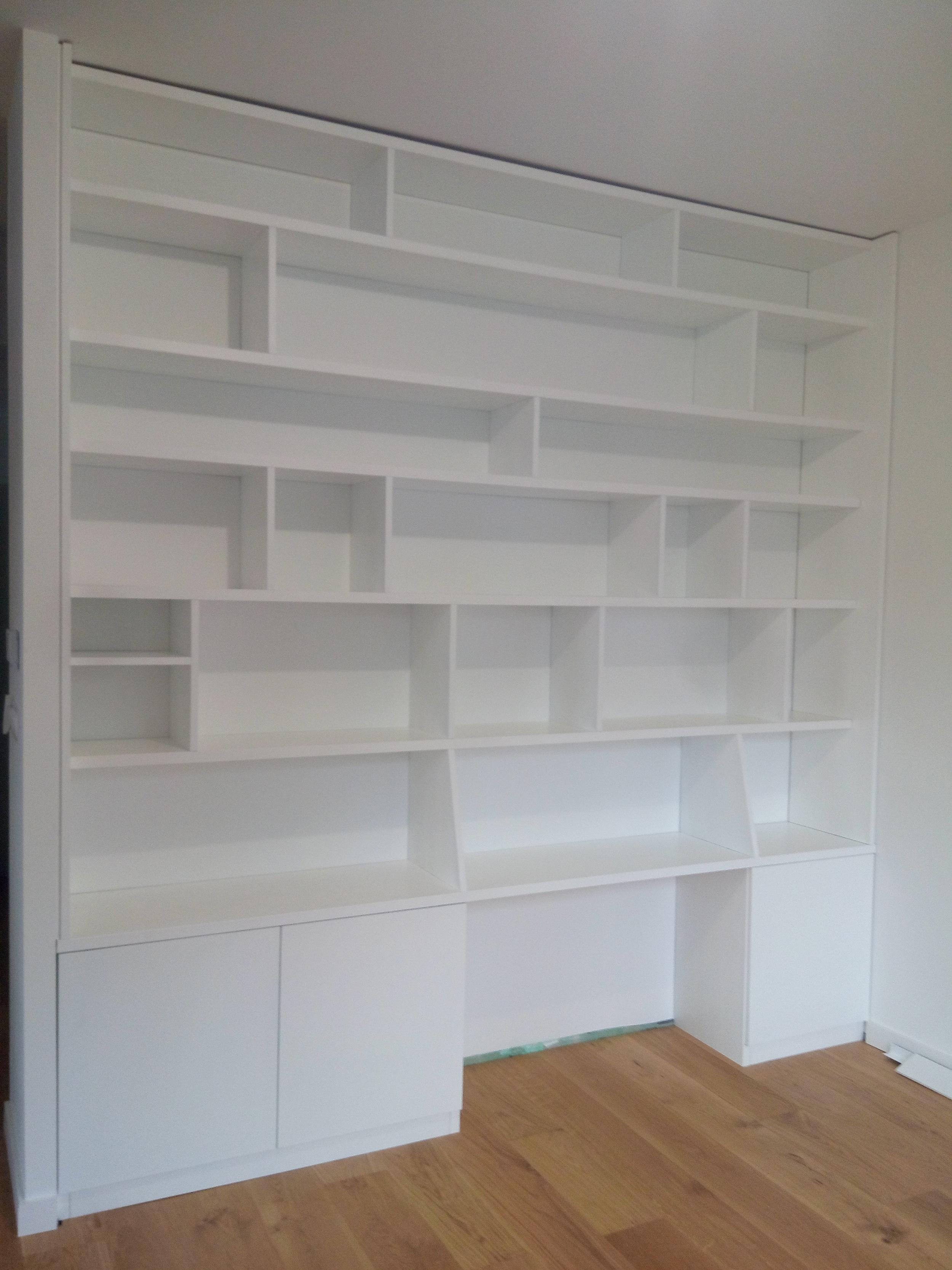 Bibliothèque sur-mesure. MDF laqué blanc. 3 portes. Dimensions: hauteur 2,8m / Largeur 2,7 m / Prof 40 cm