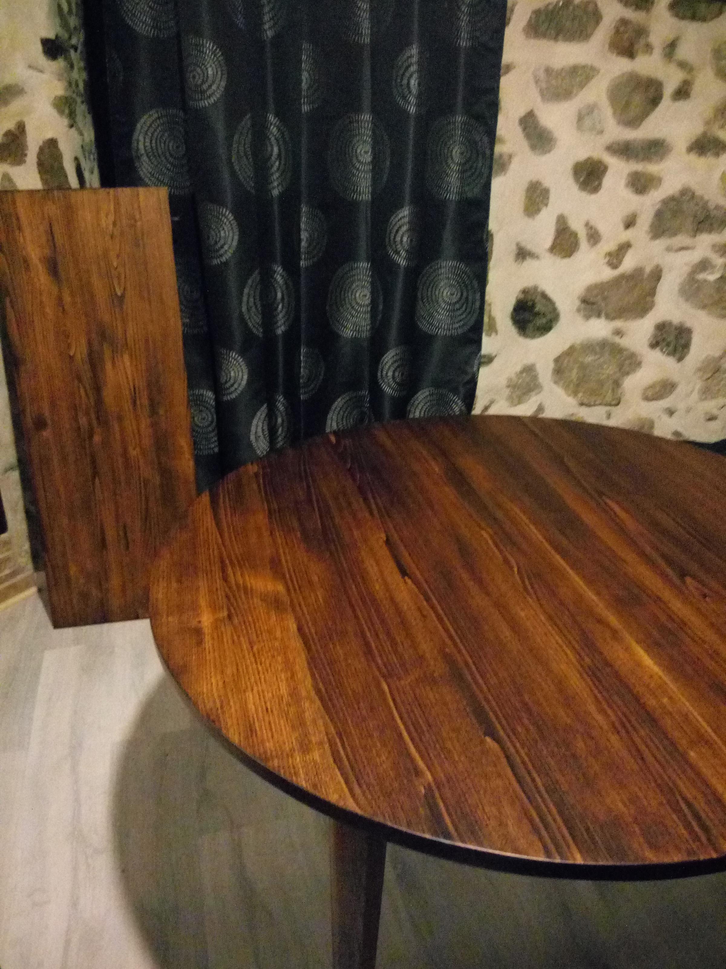 Table ronde et sa rallonge (châtaignier teinté, finition vernis)